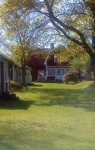 Äldre skärgårdshus en timmes resväg från Stockholm
