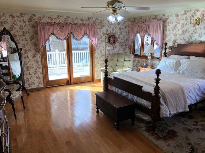 Quiet West End Master Suite with Private Bathroom
