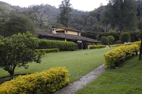 Casa de campo omgeven door natuur en bergen