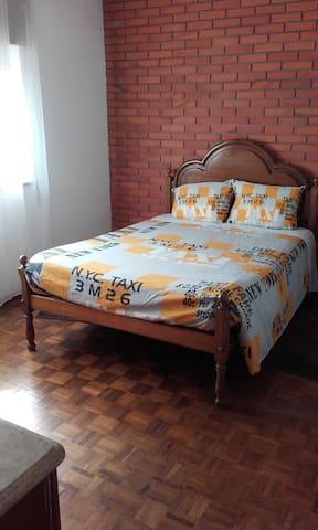 Quarto com cama de casal em apartamento - Porto - Leilighet