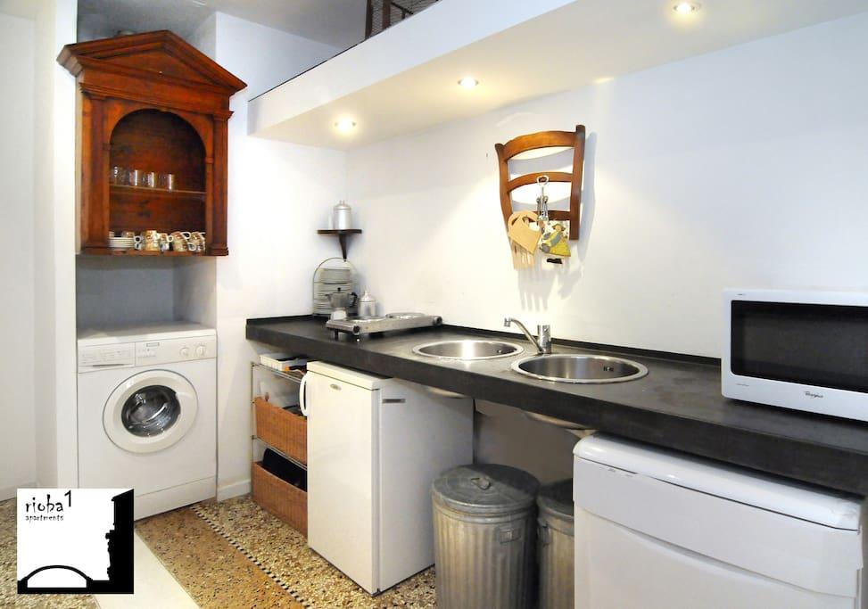 Entrata con cucina, frigo, lavatrice, forno microonde