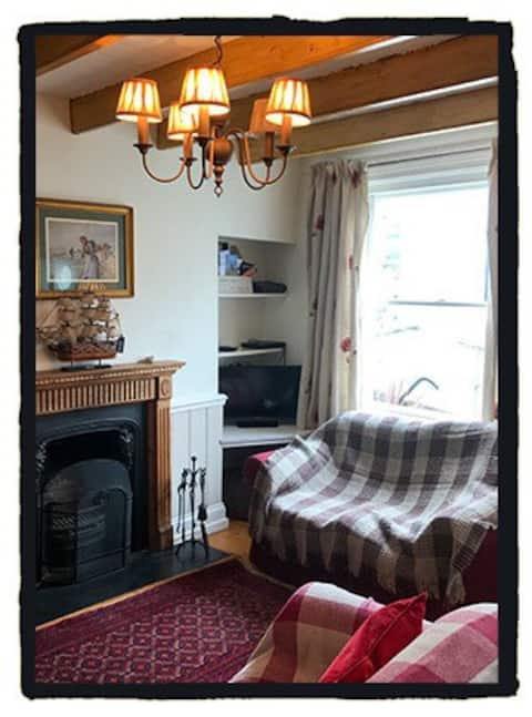 Homely Cottage with Sea Views & Open Fire