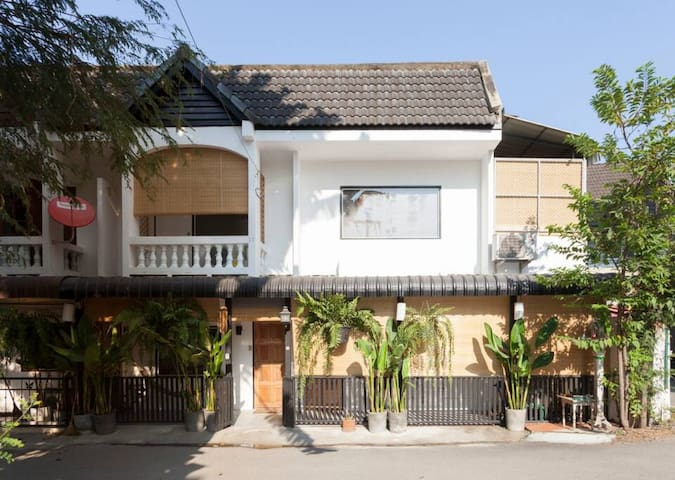 Budget townhouse 7 min to Nimman Rd./ group of 3-4