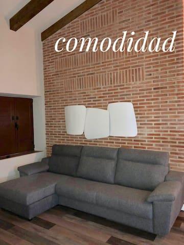Salon con sofa cama amplio y comodo.