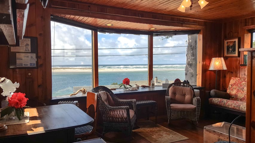 Gorgeous Bay and Ocean view upper level apartment