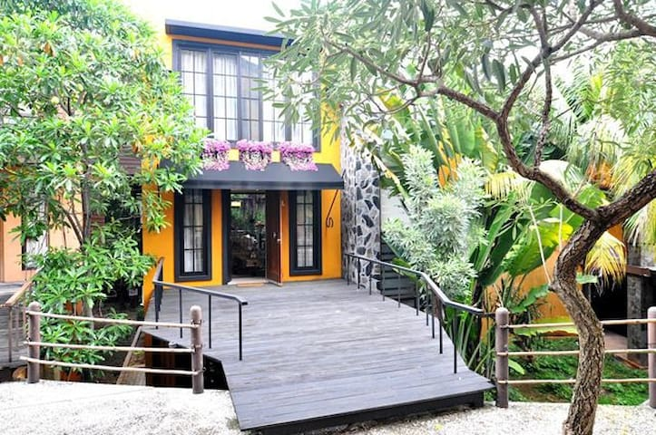 Cozy Townhouse in the heart of Kemang Area