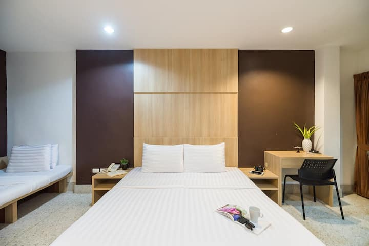 24HRS Front desk with Clean Triple room in Siam