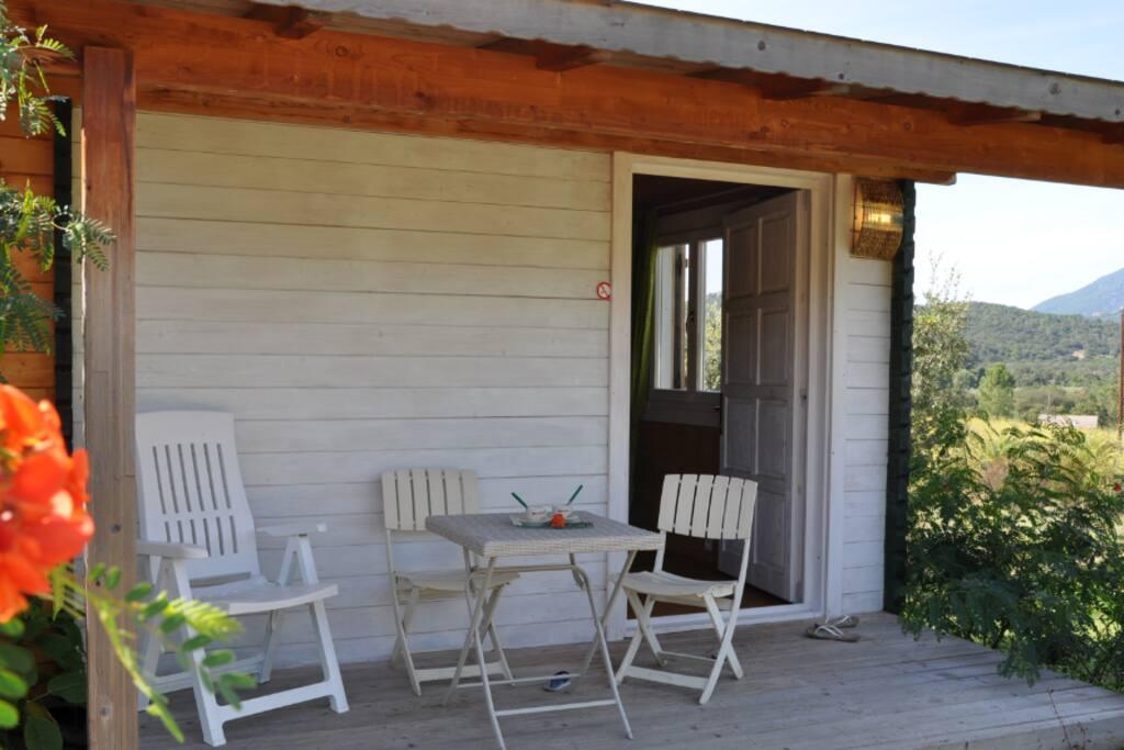 Petite terrasse de droite  idéale  pour prendre  une petite collation.