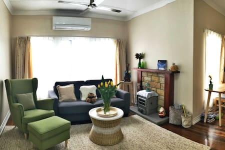 8km to city East side comfortable Female only room - Carina Heights