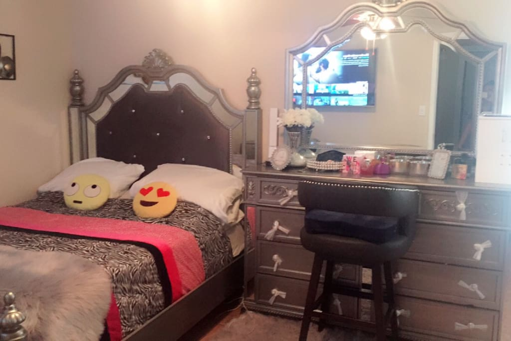 Queen size bed and dresser with large cute mirror