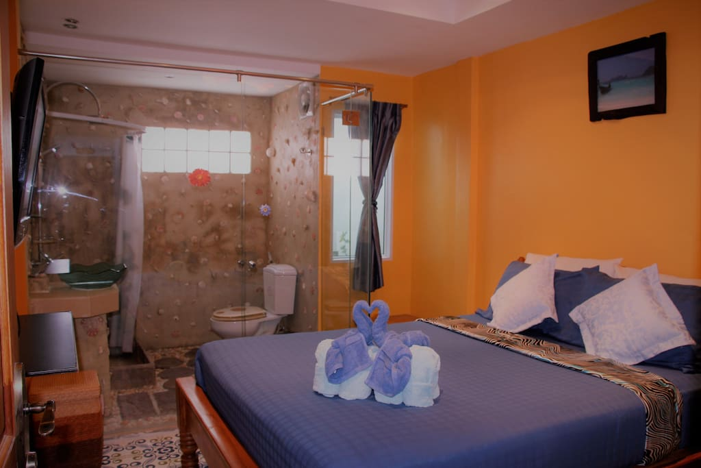 HumbleBee Room - Dreamy, queen-sized bed with open floor plan (privacy curtain available)