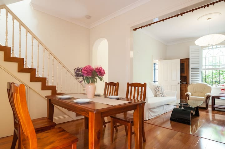 Warm & Spacious Central Location w Private Balcony - Waterloo - Dom