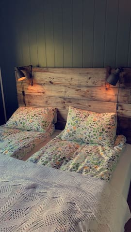 Soverom med dobbelseng og køyeseng.