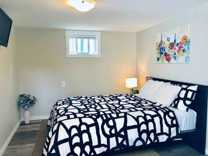 Cozy Apt in a nice area w Parking & Sep. entrance