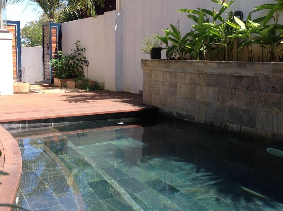 la piscine avec les buses jacuzzis pour se relaxer