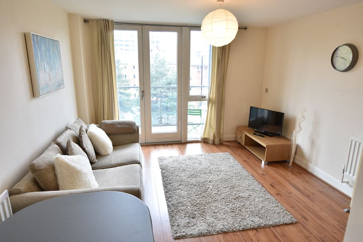 Central apartment - HUGE balcony & FREE Parking