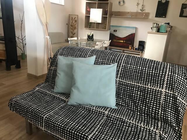 Soggiorno con comodo divano-letto per 2 persone