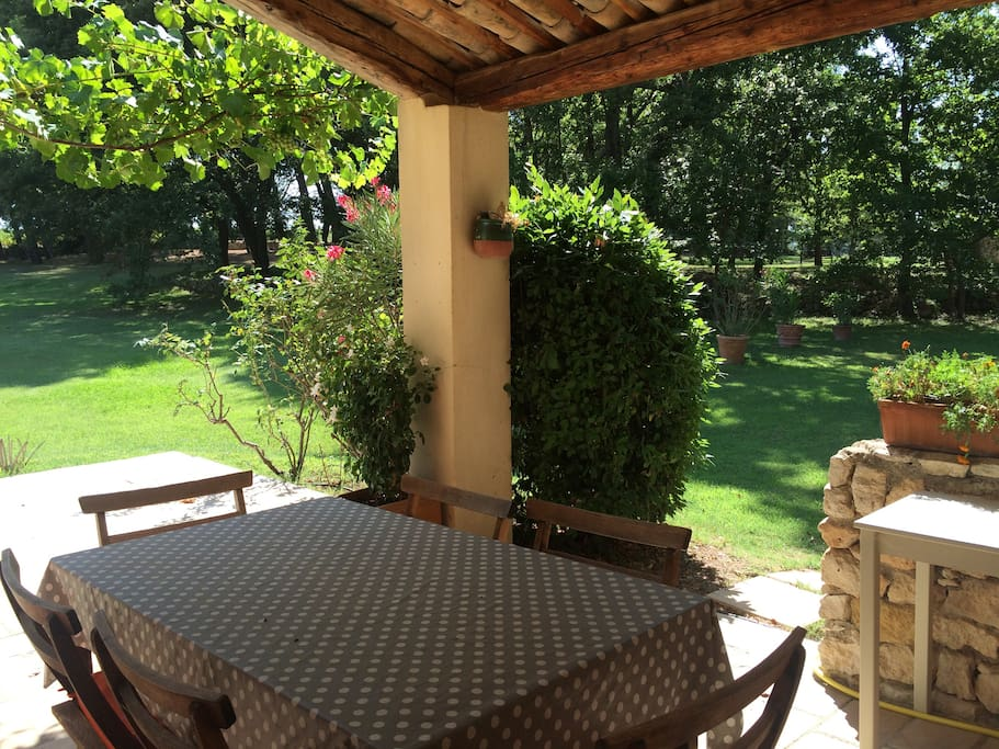 terrasse avec table et chaise, barbecue gaz