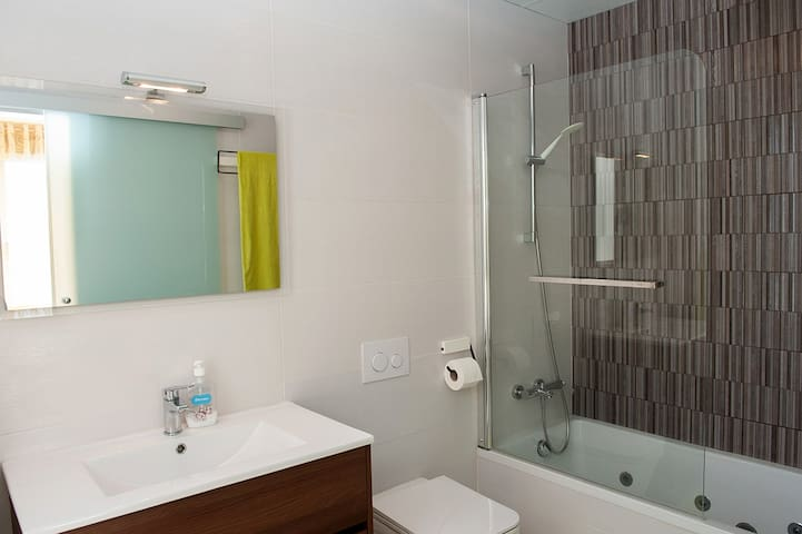 1 chambre à l'étage avec 1 lit double, placard et 1 salle de bain avec évier, bain à bulles, WC. Accès au balcon