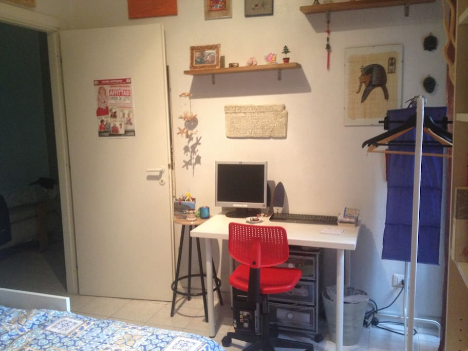 the desk on the room