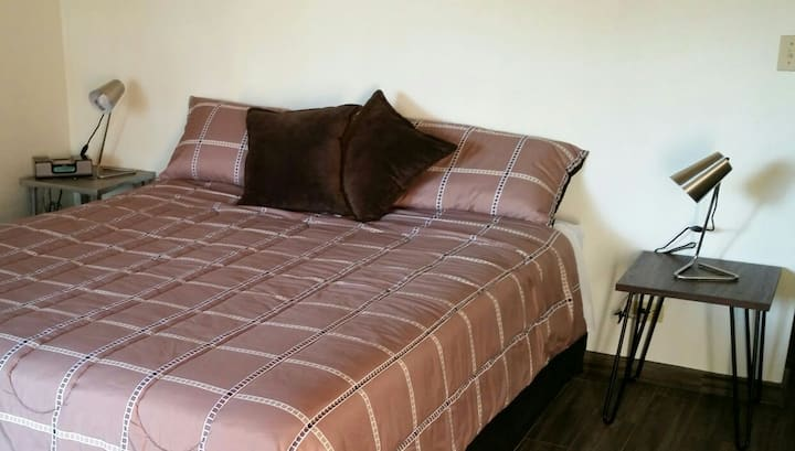 King Size bed contemporary, ample and centric Apt.