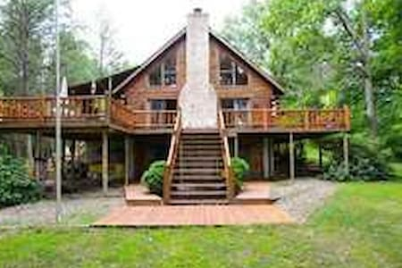 Elegant cozy log home on 11 acres. - Battle Creek