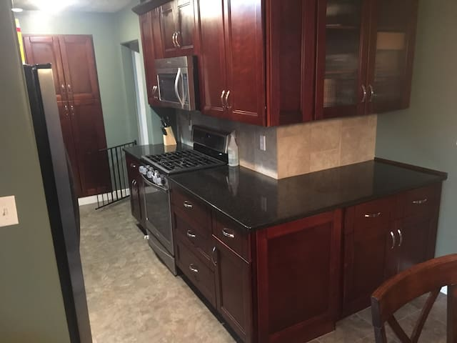 3 BR, SELF Check In, Close to it all, Quiet Area