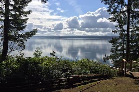 Tranquil Brinnon Waterfront Cabin - Brinnon - Casa de campo