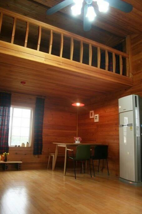 편백나무로 마감되어 있는 따뜻한 방.