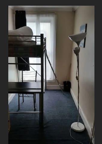 NSingle room in 3 bedroom flat, Stratford