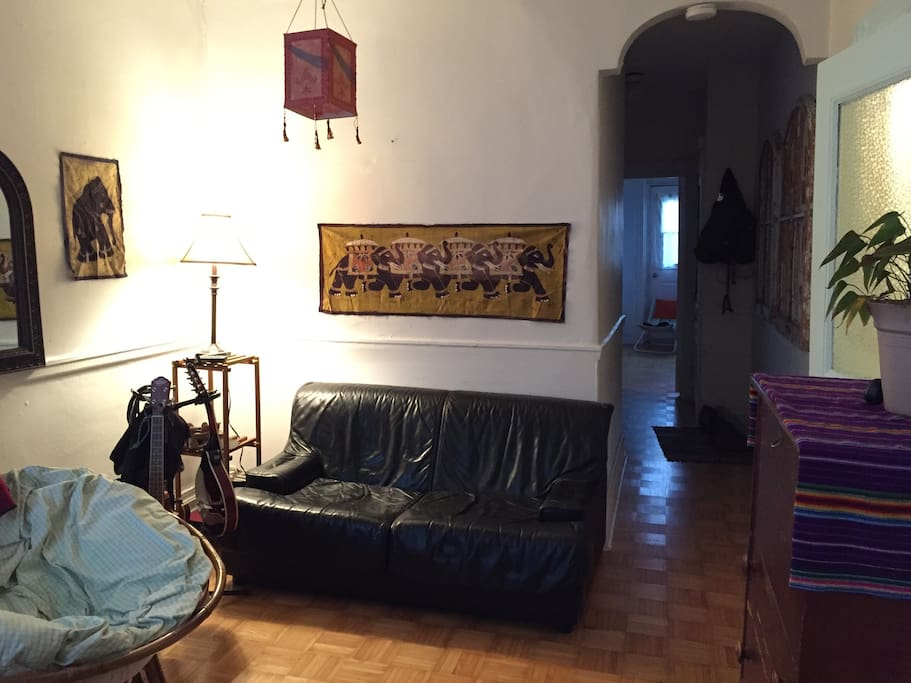 Salon et couloir vers l'entrée et les chambres