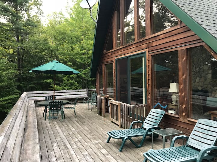 ★★★★★ Lodge w wraparound deck, firepit, DISCOUNT