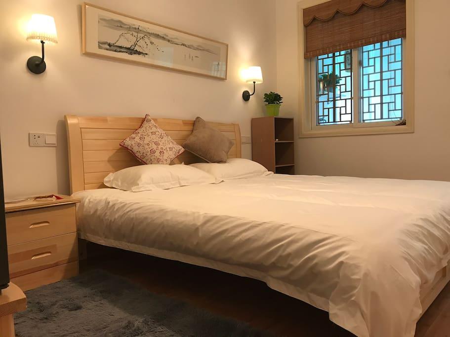 主卧视角1 主卧是一个带阳台的房间,有一张1米8的大床,装饰着主人和主人朋友的国画作品,让房间充满了浓浓的书卷气。