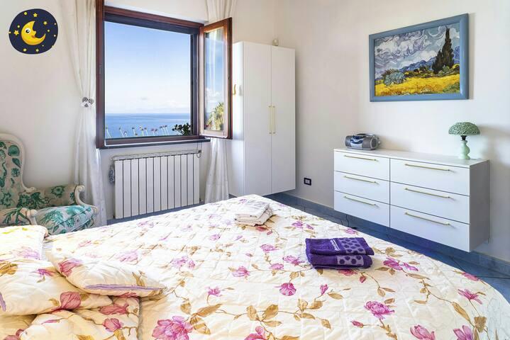 Camera da letto matrimoniale, vista mare.