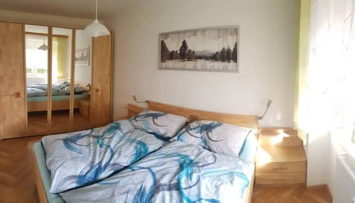 Bright, friendly 2 room apartment (free parking)
