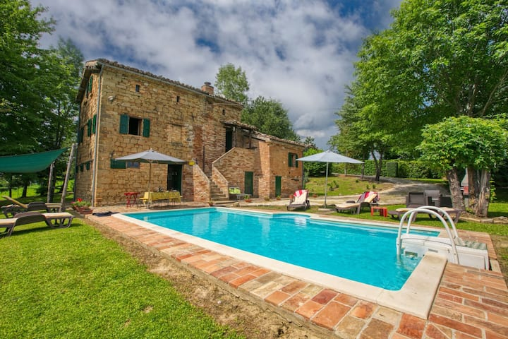 Countryside Villa in Amandola with Swimming Pool