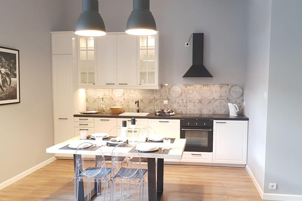 Przestrzeń kuchenna z jadalnią.