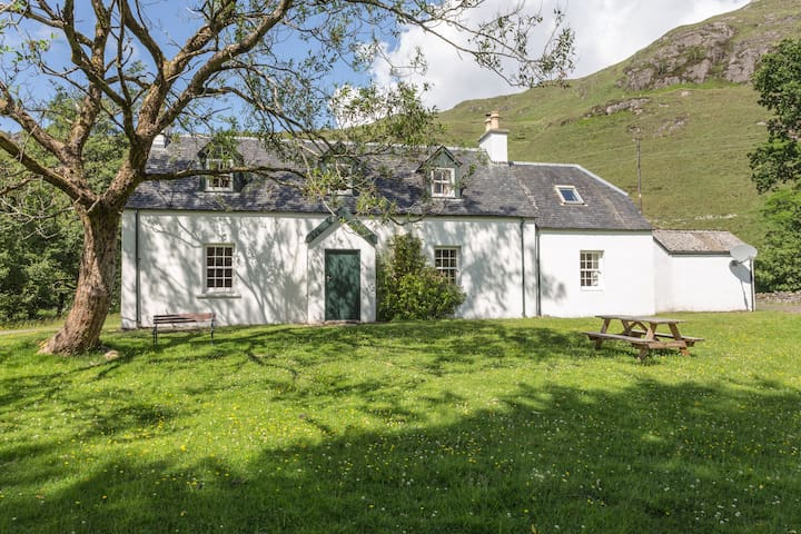 Pretty, well-decorated farmhouse in peaceful place - Lochcarron