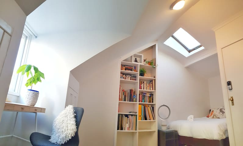 Attic Room in Peaceful Home, 5min to Hyde Park