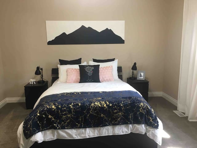 Spacious Master Suite*Private Entrance*Jetted Tub