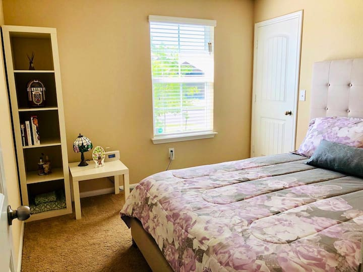 Cozy Private Room Near the Airport and COTA!