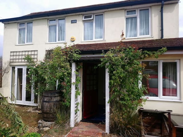 Central Brockenhurst. Large double ensuite room.
