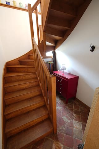 Escalier vers étage / Stairs to first floor.