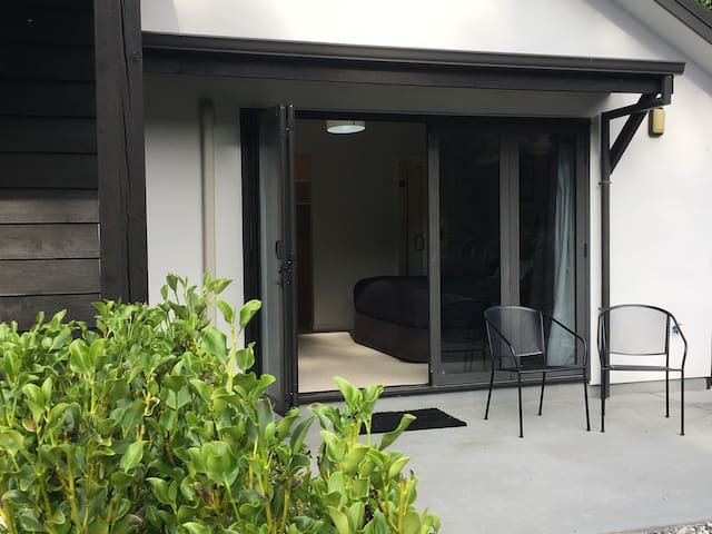 Private studio, close to Wanaka tree, lake & town.