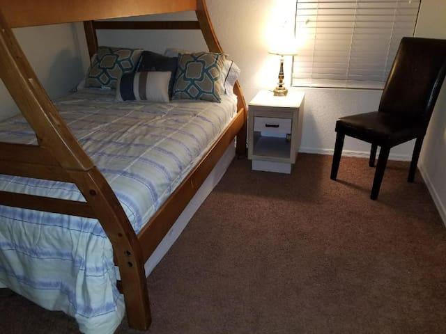 Joyful Getaway in Avondale; Private Room & Bath