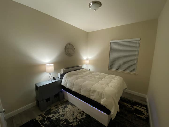 Spacious Home w/ Private Bed/Bath in Quiet Area