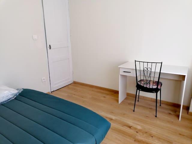 Chambre (2) équipée avec bureau et prise tv