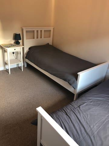 Bedroom 3: 2 single beds