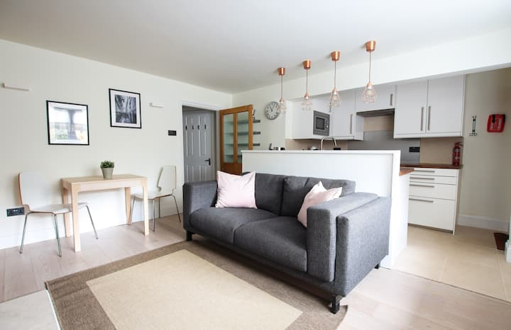 Serene contemporary flat in the heart of Redland