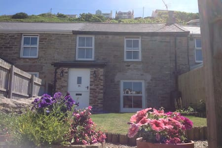 Newly renovated cottage 2 min walk to family beach - Portreath - House
